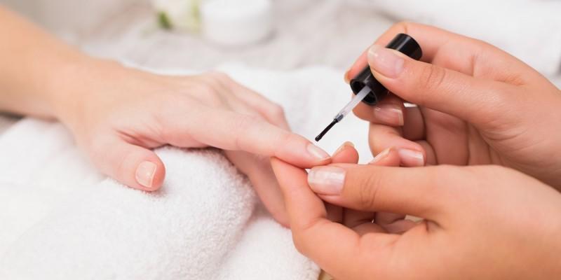 Nageldesignerin macht French Nails