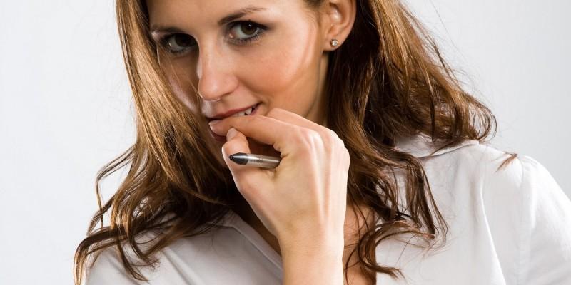 Frau kaut an Fingernägeln
