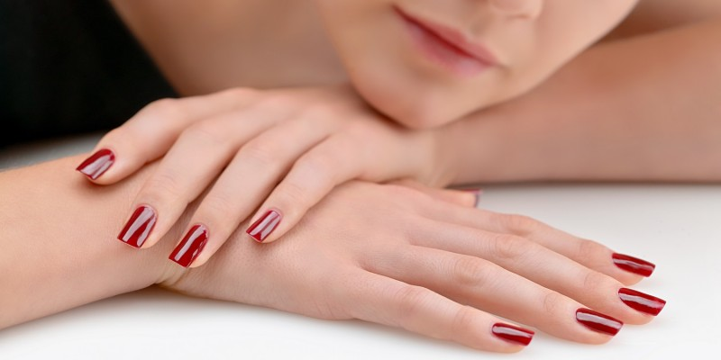 Rot lackierte Nägel