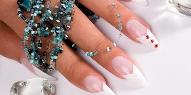 French Nails und rote Strasssteine