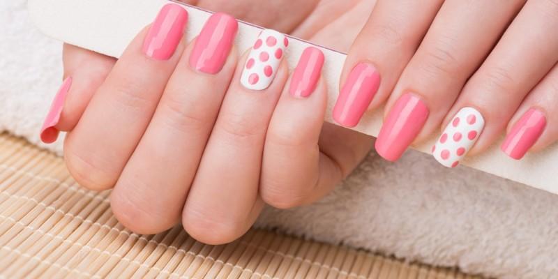 Gepflegte Hände mit rosa lackierten Nägeln